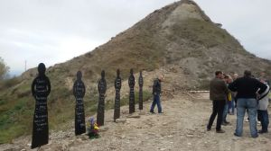 Seis siluetas fueron clavadas en el alto de las Tres Cruces de Ibero para recordar a los fusilados. L.C.