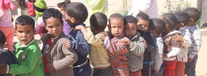 los niños hacen cola para recoger sus cajitas. ONN