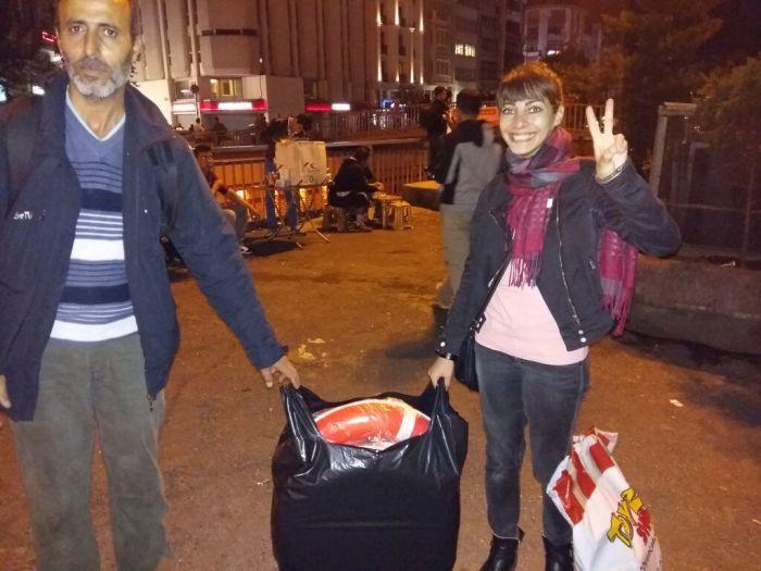 Gabriela ayudando a un refugiado sirio en Turquía. CEDIDA