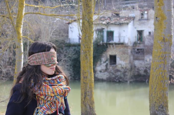 En el paseo junto al río Arga Marina Cestau se guía por el borde de hierba. Claudia Sorbet