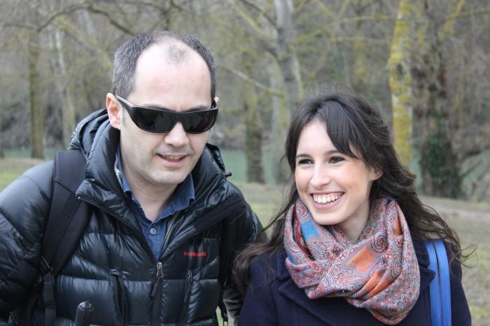 Luis Casado recorre el paseo del río Arga junto a Marina Cestau. Claudia Sorbet