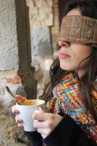 Marina Cestau bebe con dificultad hasta que la taza está medio vacía. Claudia Sorbet