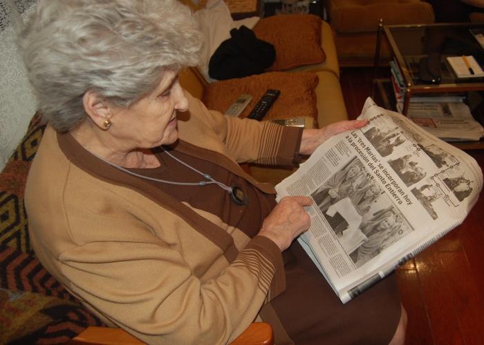 Isabel con el diario